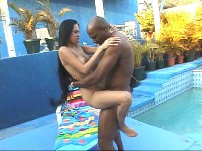 Negro follando latina en la piscina