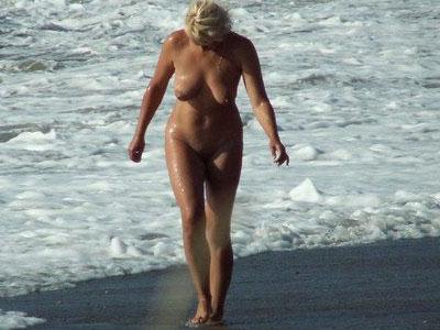 Fotos de tias y tios bañandose y tomando el sol en una playa nudista