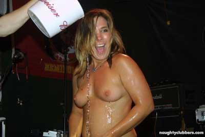 Tias borrachas quitandose la ropa en la disco