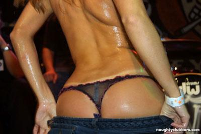 Jovencitas borracahs mostrando sus tetas en el club nocturno