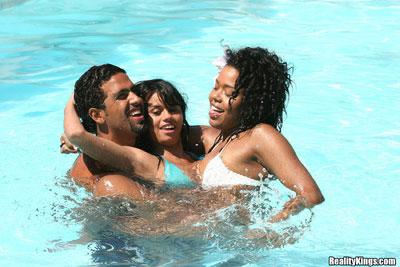 Brasileñas ardientes teniendo sexo en una  playa de Brasil