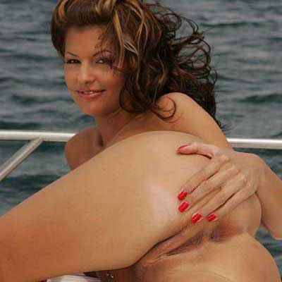 Tia sexy posando desnuda en el yate