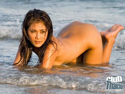 Tias asiaticas disfrutando del verano en el mar