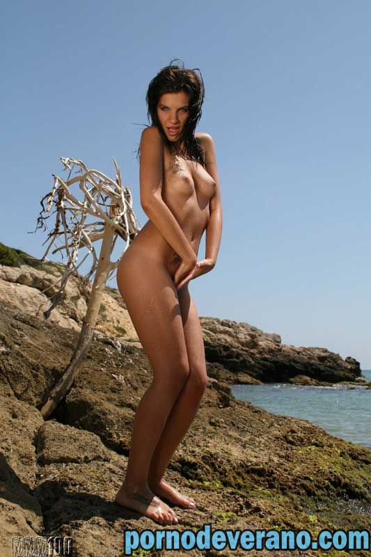 Would pavlina valentova exhibiendose en la playa think